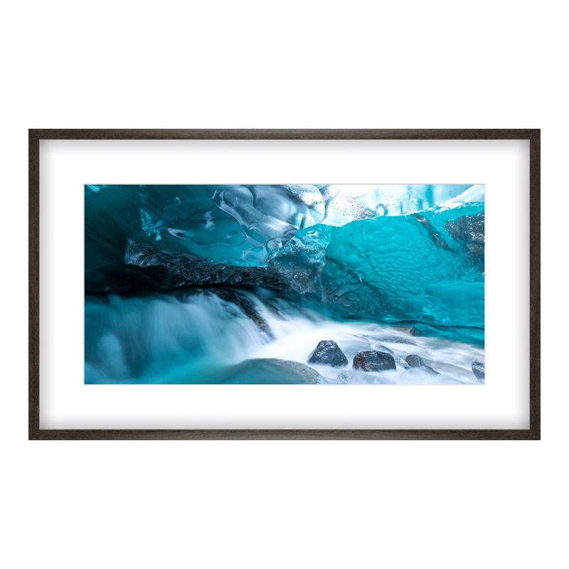 Eis Höhle Foto Poster drucken im Holzrahmen gemasert in braun bei Myposter.de