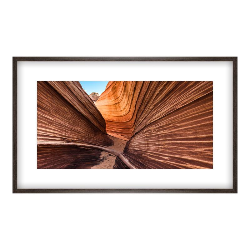 The Wave Foto Poster drucken im Holzrahmen gemasert in braun bei Myposter.de